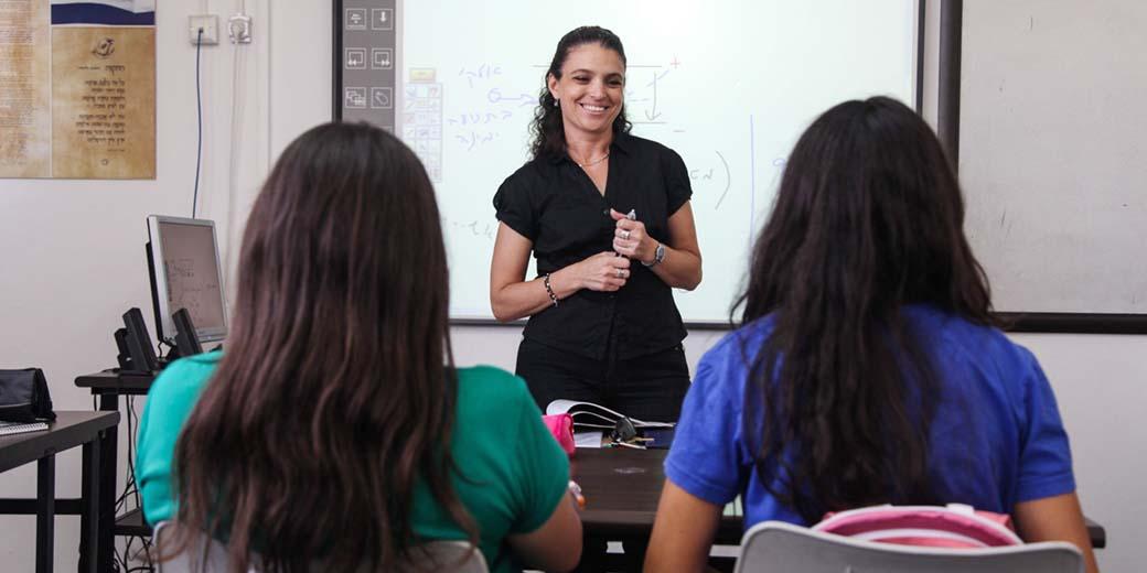 מורה בתיכון לוח אינטראקטיבי