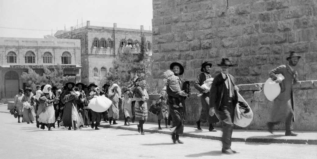 Jews_flee_the_Old_City_of_Jerusalem,_August_1929