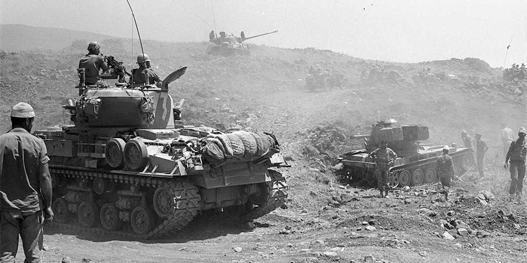 Israeli_tanks_advancing_on_the_Golan_Heights._June_1967._D327-098