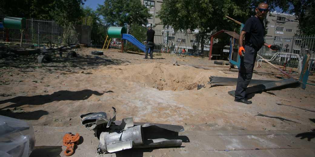 Обломки ракеты на территории детсада. Фото: Илан Асаяг.
