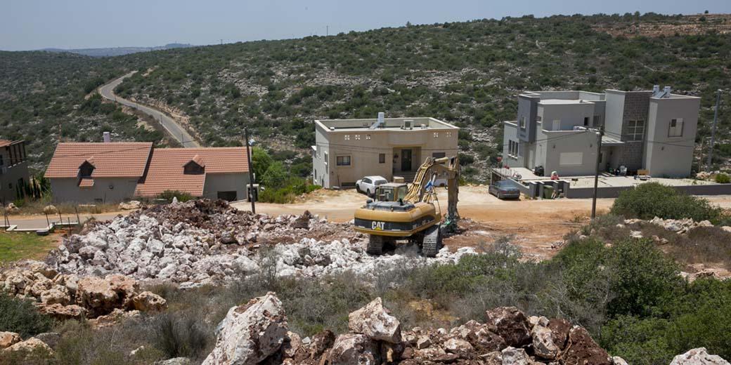 בנייה מאחז אלוני שילה