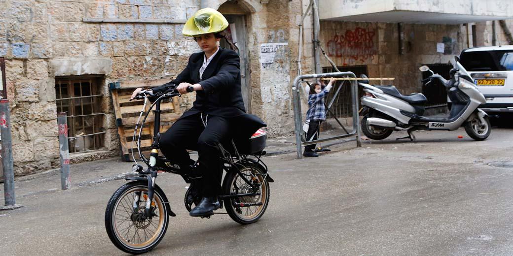 חרדי על אופניים חשמליים