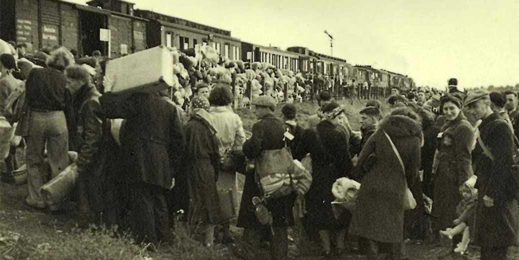 Westerbork_Netherlands_Jews_boarding_a_deportation_train_to_Auschwitz_RUdolf_Brespauer_Wiki_public