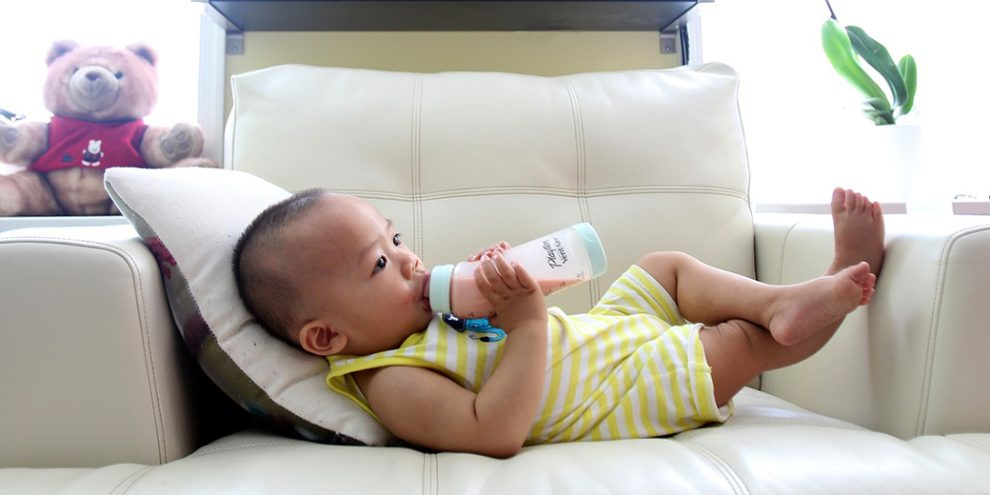 7db96e8dd243 Искусственное вскармливание увеличивает вероятность того, что ваш ребенок  окажется левшой — Детали