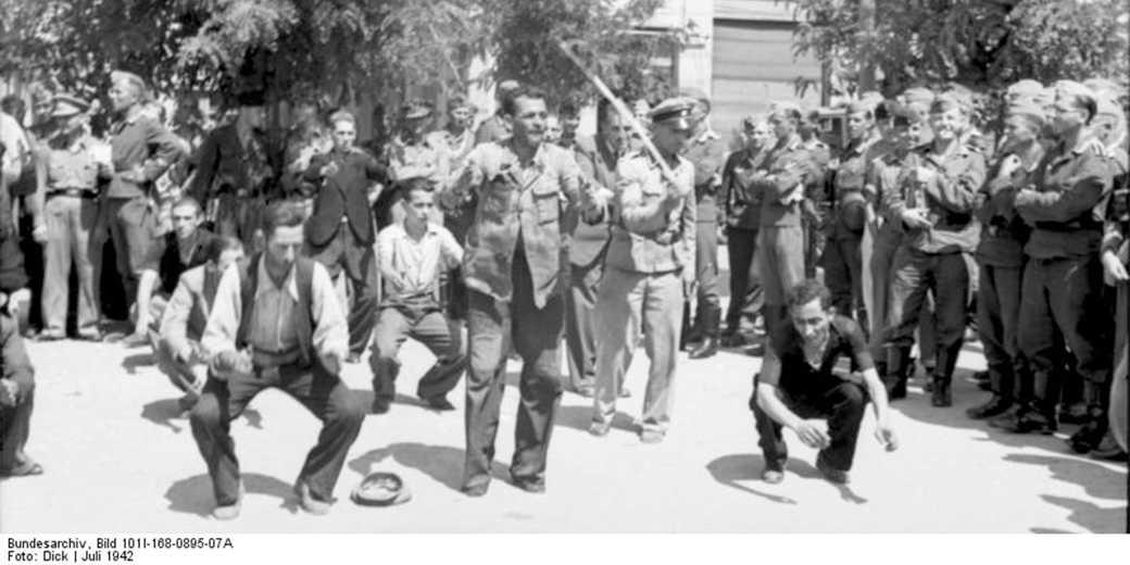 Jews_of_Saloniki_1942_Bundesarchiv_Bild_101I-168-0895-07A_Dick_Wiki_commons