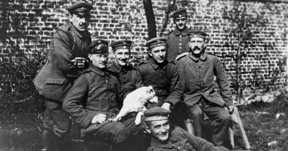 Bundesarchiv_Bild_146-1974-082-44,_Adolf_Hitler_im_Ersten_Weltkrieg Wikimedia commons