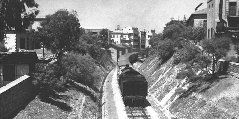 D26-031_Train_Tel Aviv_Jaffa_Zoltan_Kluger_1946_GPO