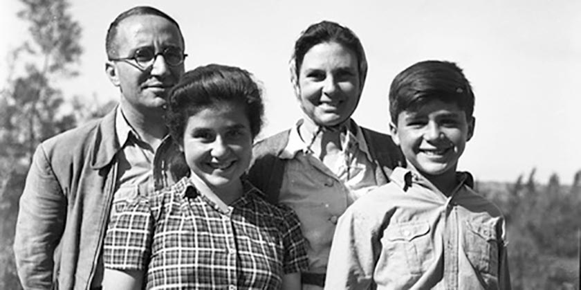 Enzo_Sereni_with_Family_Rome_1944_Wikipedia_Public_Domain