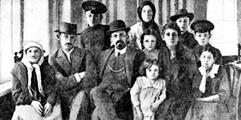 Menakhem_Meyndl_Beilis_with_his_family._Russian_Empire,_1910-s