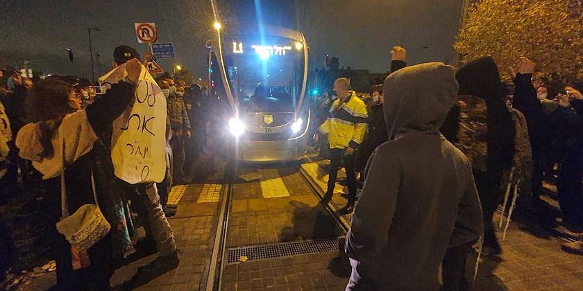 Settlers_tram_press_police