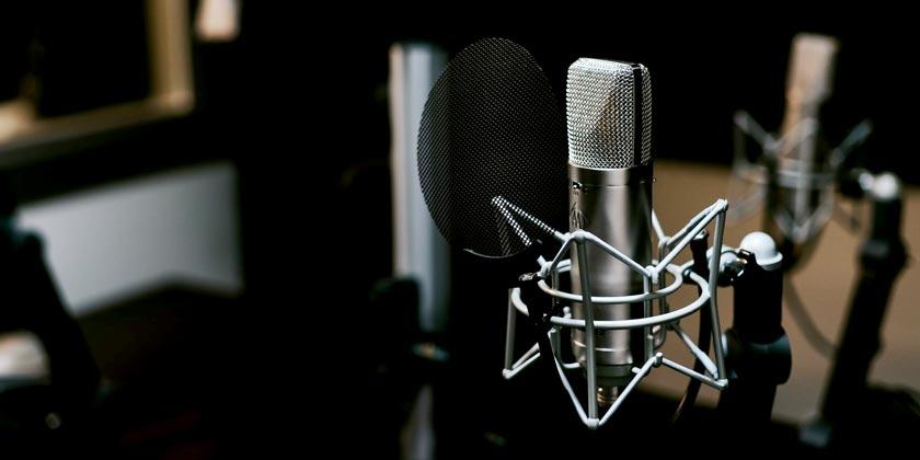 jonathan-velasquez-radio-unsplash