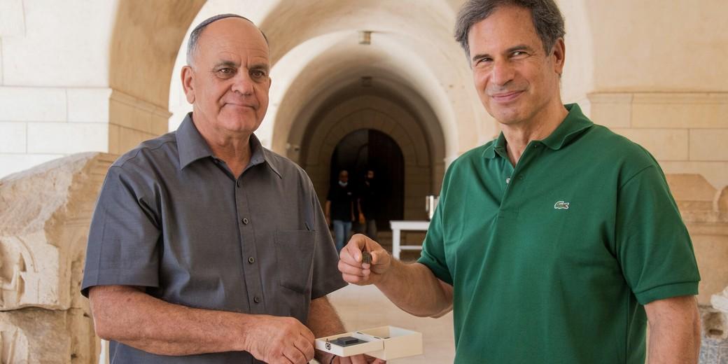Фото: Йоли Шварц, Управление древностей, на фото: Эли Эскозидо (слева) и Эйтан Стиббе