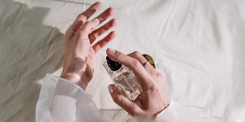 pexels-cottonbro-perfume2